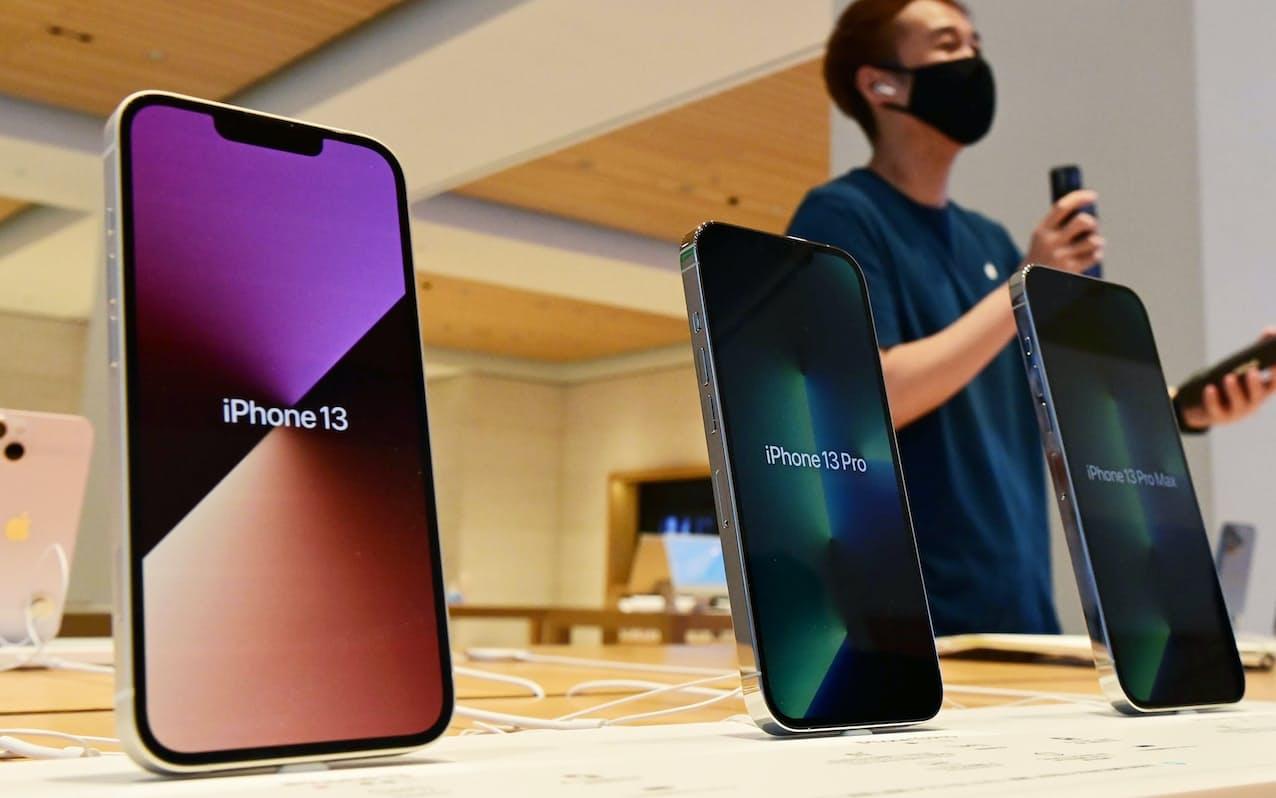 発売された新型スマートフォン「iPhone13」シリーズ(24日午前、東京都千代田区のアップル丸の内)