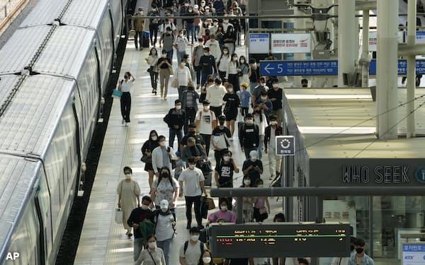 官民の様々な情報システムを連携させ、感染者の行動履歴も把握できるようにしている(19日、ソウルの鉄道駅)=AP