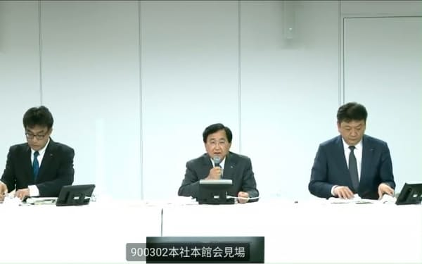 柏崎刈羽原子力発電所の改善措置などについて、オンラインで記者会見する東京電力ホールディングス(HD)の小林喜光会長(中央)ら(22日)