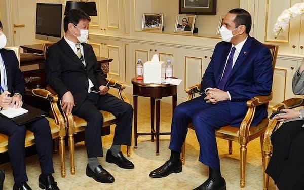 カタールのムハンマド副首相兼外相(右)と会談する茂木外相=外務省提供