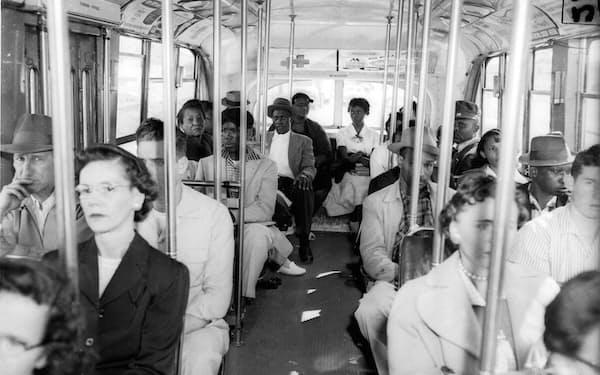 ジム・クロウ法のもと白人と非白人で座席が区別された=AP/アフロ