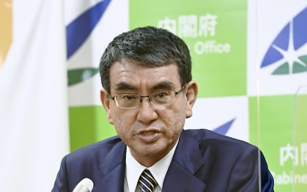 記者会見する河野規制改革相(24日午前、内閣府)=共同