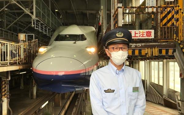 「E4系」の前で思い出を語る戸嶋運転士(24日、新潟市)