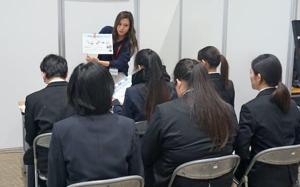 大阪市での合同企業説明会で人事担当者の説明を聞く高校生