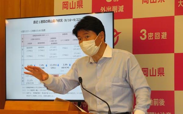 記者会見する伊原木知事(24日、岡山県庁)