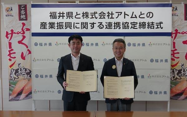 アトムの山角社長㊧は「創業の地福井に恩返ししたい」と話した(24日、福井県庁)