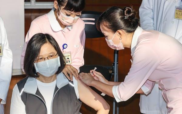 8月23日、台北市の病院で新型コロナウイルスの台湾産ワクチンの接種を受ける蔡英文総統=中央通信社・共同