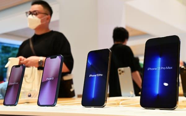 発売された新型スマートフォン「iPhone13」シリーズ(24日、東京都千代田区のアップル丸の内)