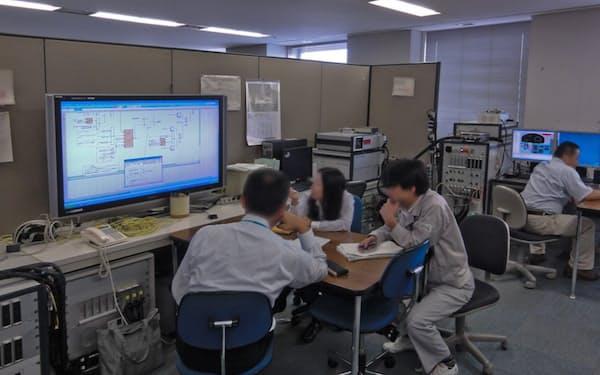 車の様々な性能をコンピューター上でシミュレーションする(写真はマツダの開発風景)