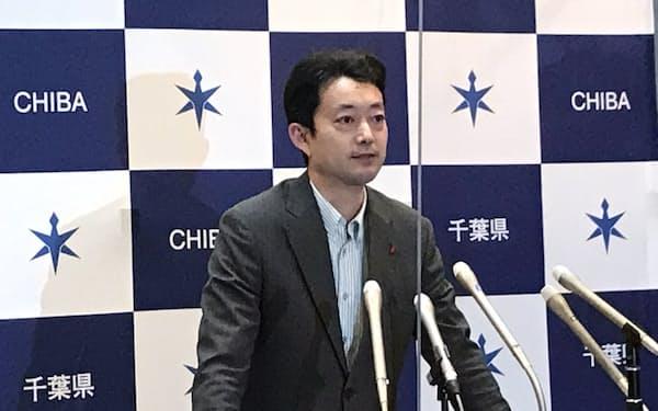 記者団の質問に答える千葉県の熊谷俊人知事