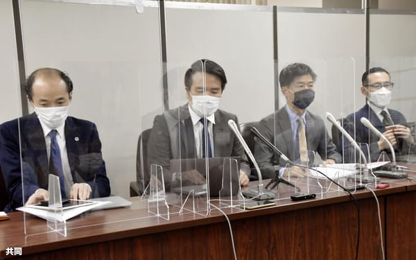 提訴後に記者会見する原告側代理人の弁護士ら(24日午前、東京・霞が関)=共同