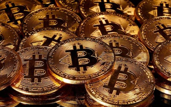 ビットコインを模した「硬貨」=ロイター