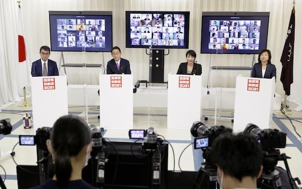 自民党総裁選のオンライン討論会に臨む(左から)河野氏、岸田氏、高市氏、野田氏(24日、東京・永田町の党本部)