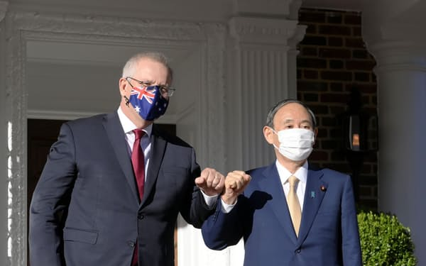 日米豪印の4カ国首脳会合に先立ち、オーストラリアのモリソン首相(左)と会談に臨む菅首相=24日、ワシントン(共同)
