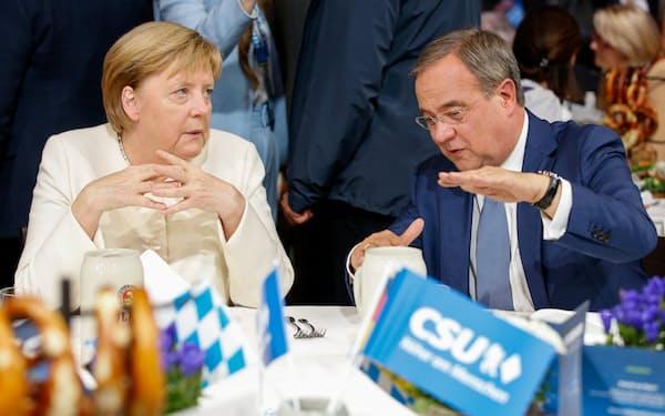 選挙戦終盤、メルケル首相㊧がラシェット氏の支援に本腰を入れ始めた(24日、ミュンヘン)=ロイター