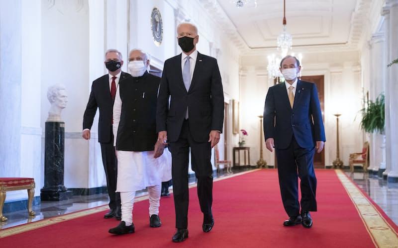 日米豪印首脳が初の対面会議に出席した(右から菅首相、バイデン米大統領、モディ印首相、モリソン豪首相)=AP