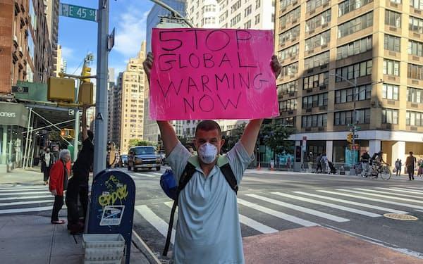 国連本部付近で気候変動対策を求める男性(24日、ニューヨーク)