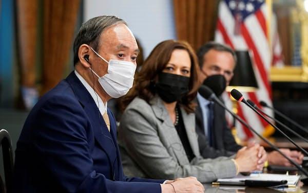 ハリス米副大統領と会談する菅首相(手前)=ロイター