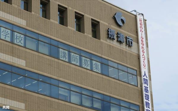 大阪府摂津市役所(24日)=共同