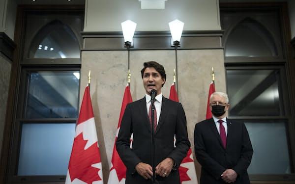 24日、カナダ人2人の解放を発表したカナダのトルドー首相=AP