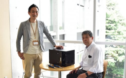 Provigateの関水康伸社長兼CEO(左)と伊藤成史CTO(右)。写真中央は開発中の製品