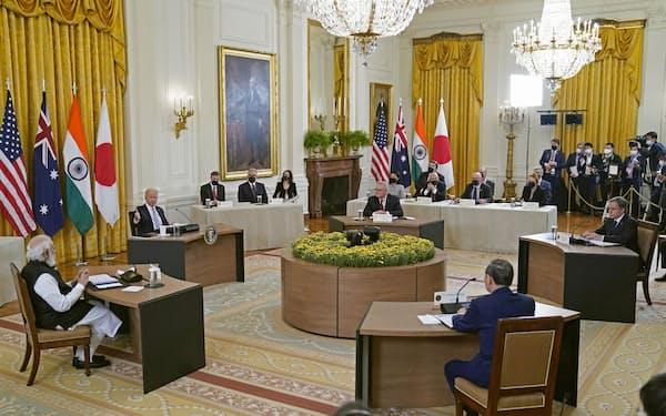 日米豪印4カ国首脳による初の直接会合に臨む(手前右から時計回りに)菅首相、インドのモディ首相、バイデン米大統領、オーストラリアのモリソン首相=24日、ワシントンのホワイトハウス(AP=共同)