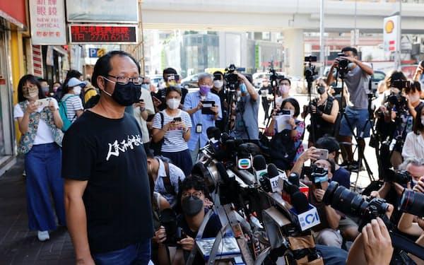 解散を発表する支連会の関係者(25日、香港)=ロイター