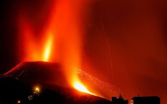 25日、大西洋にあるスペイン領カナリア諸島ラパルマ島で噴火するでクンブレビエハ火山(長時間露で撮影)=ロイター