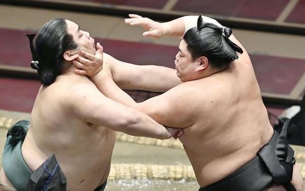 錦木(左)を攻める阿炎。押し出しで破る(25日、両国国技館)=共同