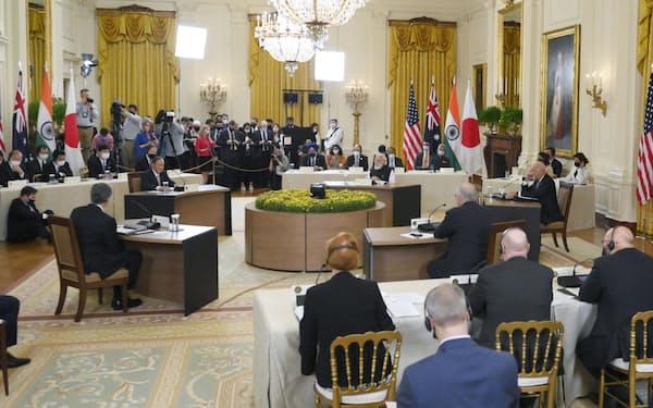 米ワシントンのホワイトハウスで開かれた日米豪印4カ国の首脳による初の直接会合。奥左はあいさつする菅首相(24日)=共同
