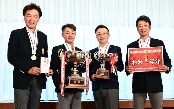 日経カップ企業対抗ゴルフ選手権2021の団体戦で優勝したプルデンシャル生命保険(25日、茨城県つくばみらい市)