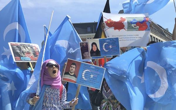 中国政府がウイグル族を弾圧しているとして抗議するデモ隊(18年7月、ブリュッセル)=共同