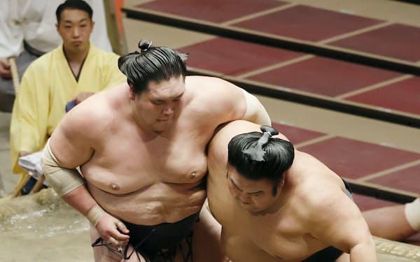 貴景勝(右)を攻める照ノ富士。上手投げで下す(25日、両国国技館)=共同