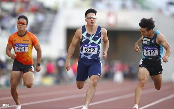 男子100メートル決勝 10秒19で優勝した小池祐貴=中央(25日、ヤンマースタジアム長居)=共同