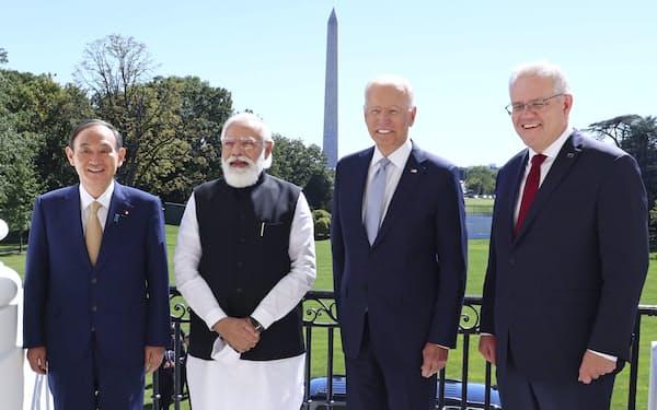 4カ国首脳会合を前に記念写真に納まる(左から)菅首相、インドのモディ首相、バイデン米大統領、オーストラリアのモリソン首相(24日、ワシントンのホワイトハウス)=内閣広報室提供・共同