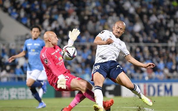 横浜FC―横浜M 前半、ゴールに迫る横浜M・前田(右)。GKブローダーセン(25日、ニッパツ)=共同