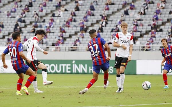 FC東京―浦和 後半、決勝ゴールを決める浦和・江坂=左から2人目(25日、味スタ)=共同
