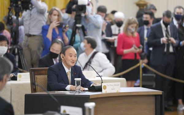 日米豪印4カ国首脳会議であいさつする菅首相(24日、米ワシントンのホワイトハウス)=共同