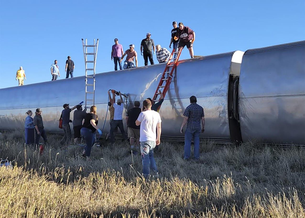 25日、米西部モンタナ州の列車横転現場で作業をする人々=Kimberly Fossen提供・AP