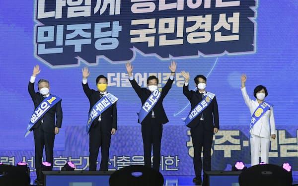 25日、韓国・光州で開かれた演説会に参加した李在明・京畿道知事(左端)、李洛淵元首相(中央)ら=共同