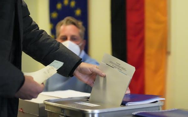 ベルリン市内の投票所(26日)=AP