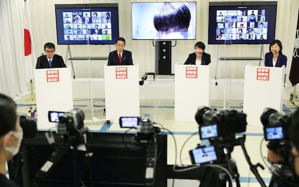 自民党総裁選のオンライン討論会で発言する(左から)河野、岸田、高市、野田の各氏(26日、自民党本部)