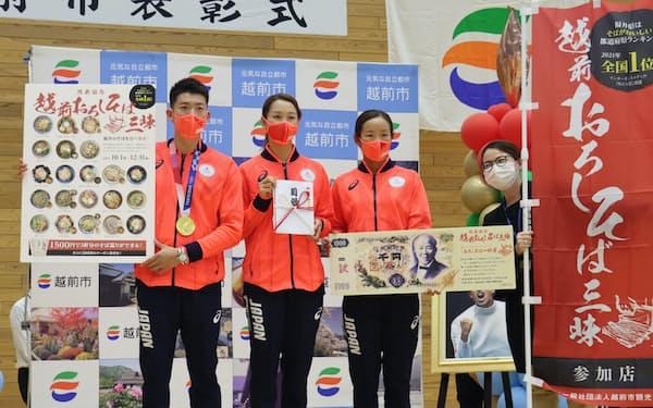 越前市観光協会は、見延和靖選手㊧ら同市出身の東京五輪3選手にイベントのチケットを贈呈した(同市)
