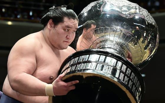 大相撲秋場所は、新横綱照ノ富士が13勝2敗で2場所ぶり5度目の優勝を果たし、賜杯を手にした。新横綱の制覇は2017年春場所の稀勢の里以来、史上9人目(26日、両国国技館)