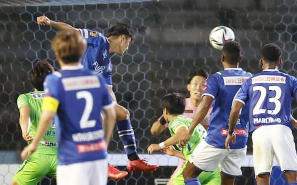 川崎―湘南 試合終了間際、ヘディングで決勝ゴールを決める川崎・知念(奥左)。GK谷=共同