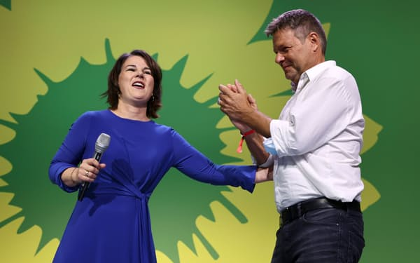 緑の党の首相候補のベーアボック氏㊧と健闘をたたえるハーベック共同党首=ロイター