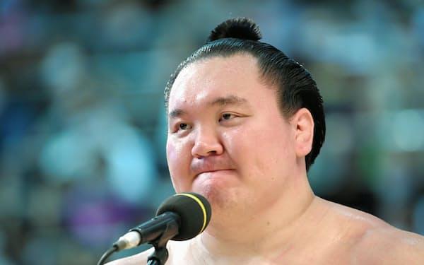 7月の名古屋場所で優勝し、インタビューに答える白鵬=共同