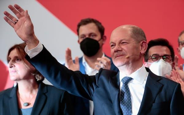 社民党のショルツ財務相が次の首相争いの軸に(26日、ベルリン)=ロイター