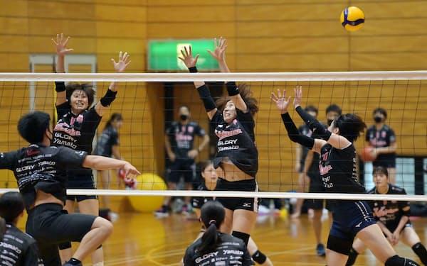 練習に励む「ヴィクトリーナ姫路」の選手。初の女子プロバレーボールチームだ(兵庫県姫路市)=柏原敬樹撮影