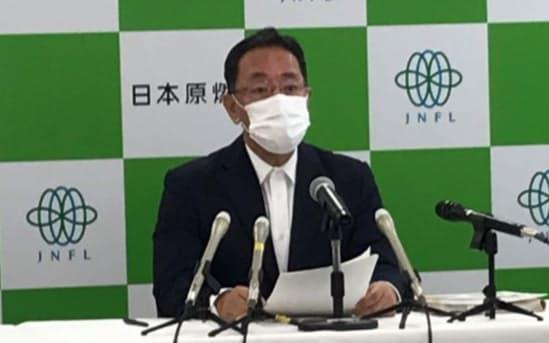 記者会見する日本原燃の増田社長(27日、青森市内)